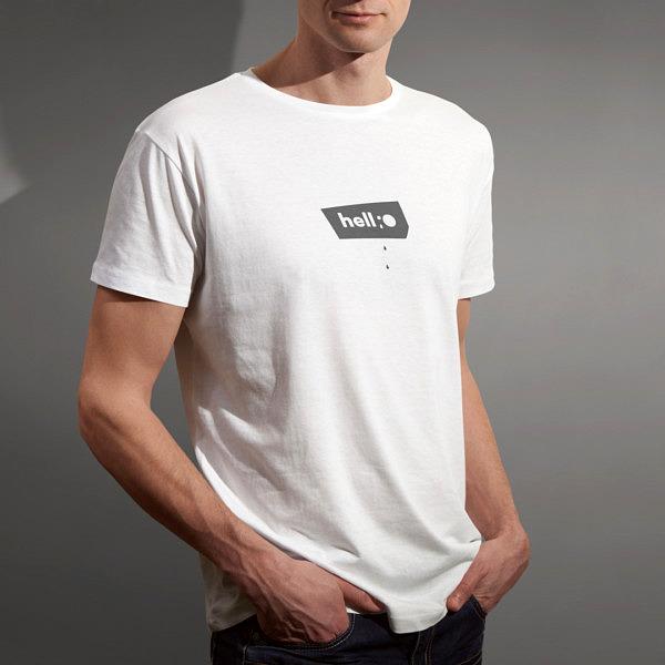 Biała koszulka męska z małym napisem: hellO na modelu