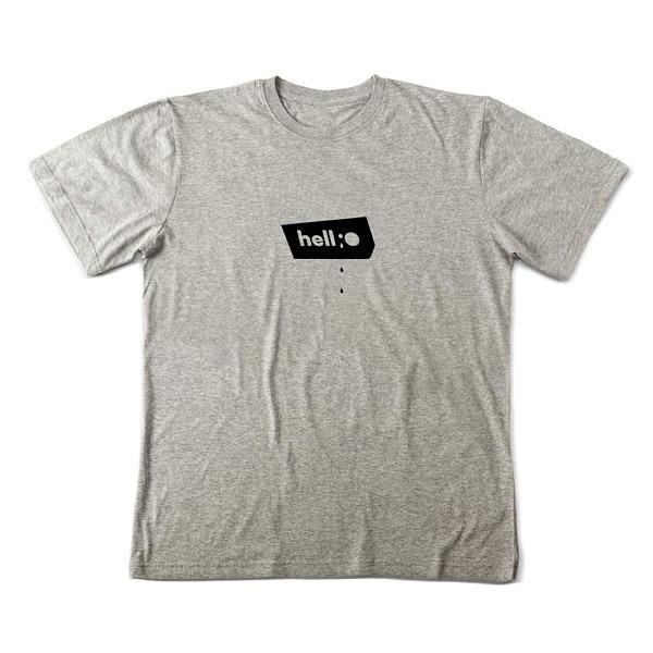 Szara koszulka z małym napisem: hellO
