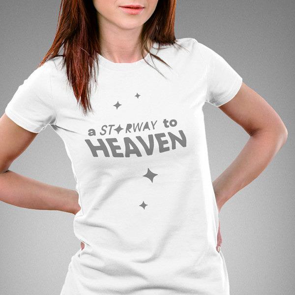 Biała koszulka damska z prostym wzorem: starway to heaven; na modelce