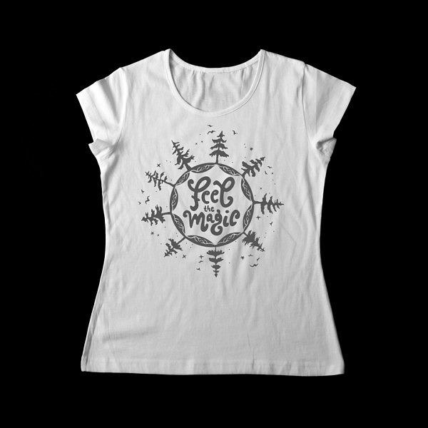 Las, gwiazdy i ptaki na białej damskiej koszulce z napisem: feel magic