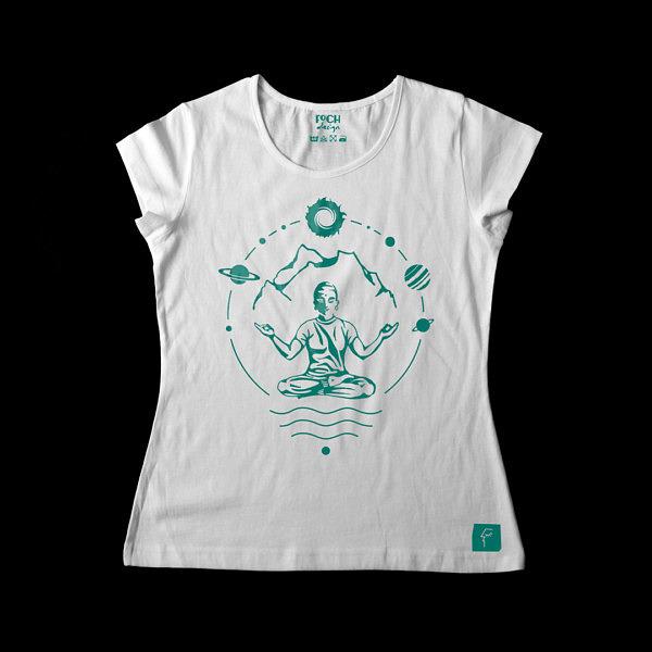 biała koszulka damska z zielonym nadrukiem, mantra, yogin w otoczeniu gór i kosmosu