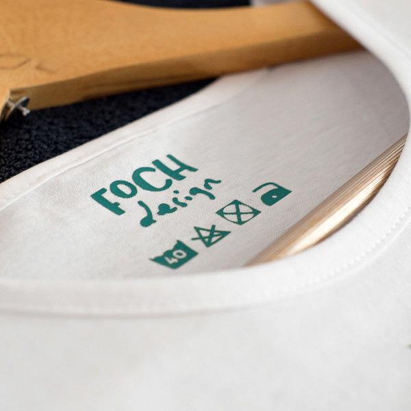 biała koszulka damska z zielonym nadrukiem, zbliżenie na metkę FOCH design