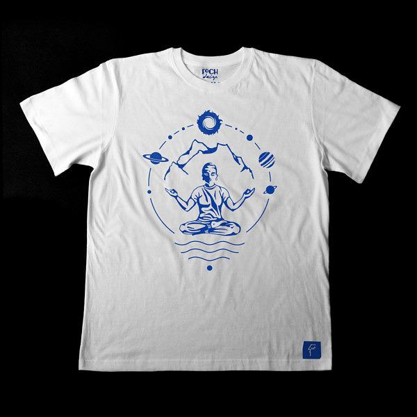 biała koszulka męska z nadrukiem, mantra, yogin w otoczeniu gór i kosmosu