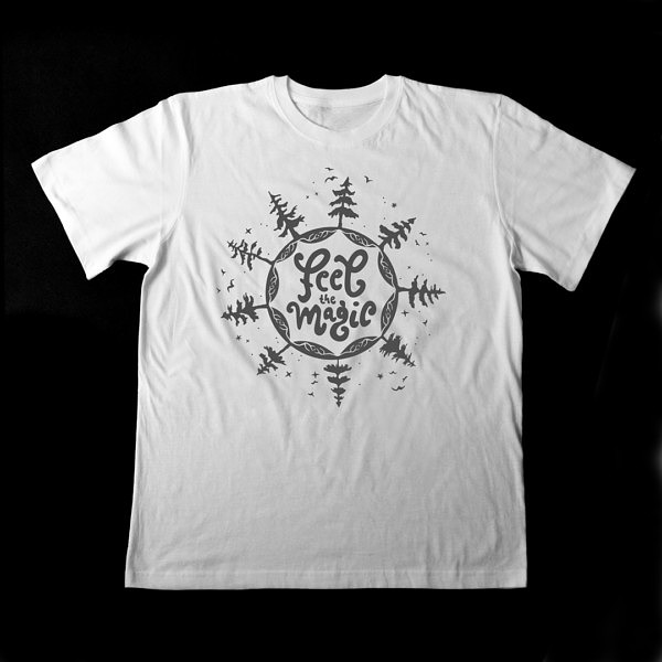 Biała męska koszulka z symbolem mocy. Nadruk jest szary, w środku napis: feel magic, a dookoła drzewa z ptakami i gwiazdy