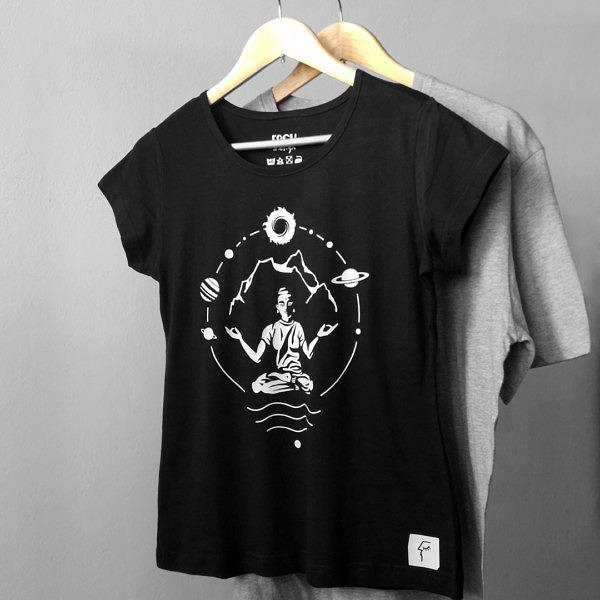 czarna koszulka damska z nadrukiem ,mantra, yoga w otoczeniu gór i kosmosu