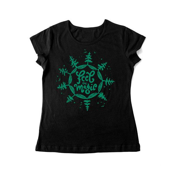 Las, gwiazdy i ptaki na czarnej koszulce z napisem: feel magic