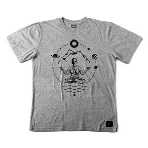 szara koszulka męska z nadrukiem, mantra, yogin w otoczeniu gór i kosmosu