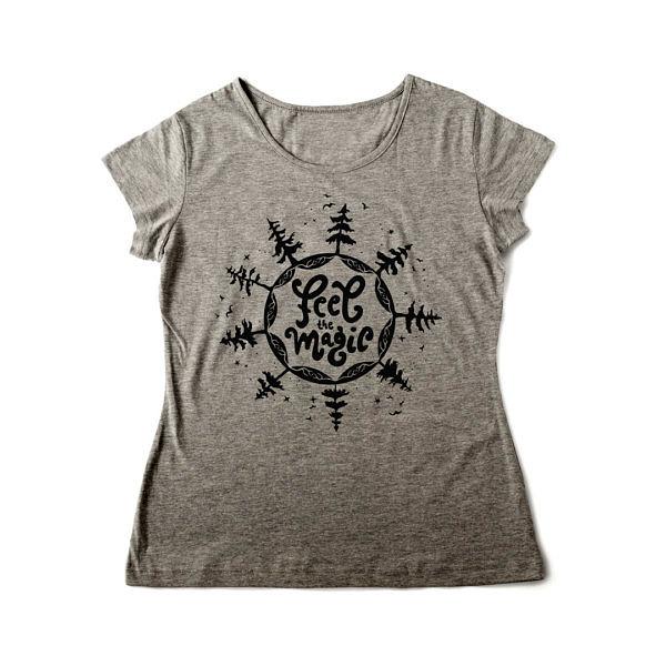 Las, gwiazdy i ptaki na szarej damskiej koszulce z napisem: feel magic