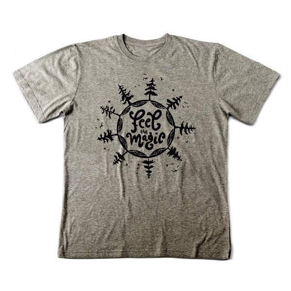 Szara męska koszulka z symbolem mocy. Nadruk jest ciemno-szary, w środku napis: feel magic, a dookoła drzewa z ptakami i gwiazdy