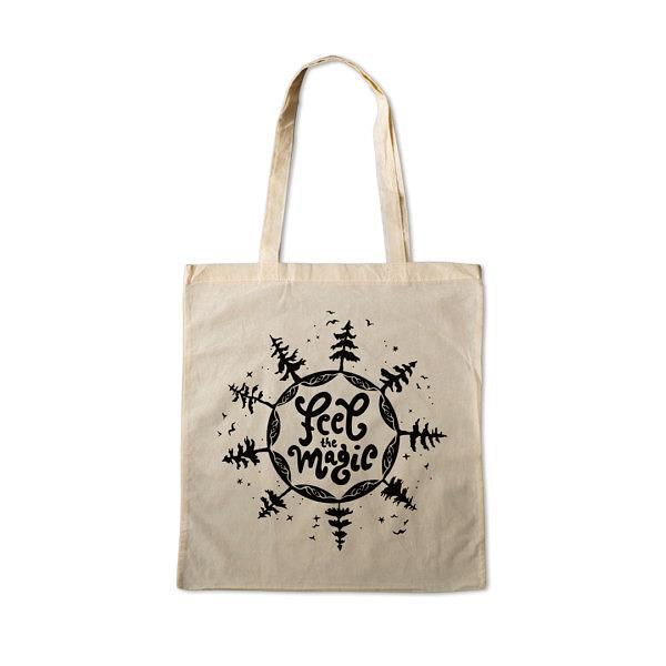 Płóciena torba z czarnym nadrukiem. Napis: feel magic otoczony drzewami, ptakami i gwiazdami.