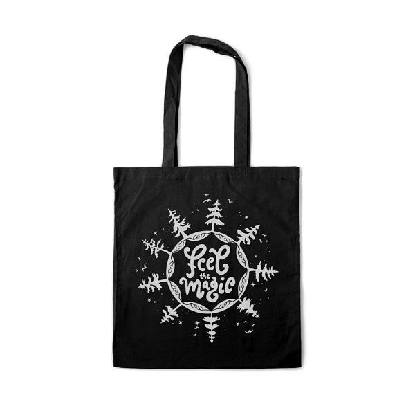 Płóciena czarna torba z białym nadrukiem. Napis: feel magic otoczony drzewami, ptakami i gwiazdami.
