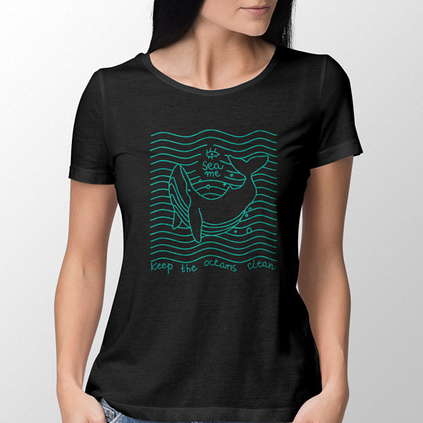 """Dziewczyna w czarnej damskiej koszulkce z nadrukiem flex. Wieloryb w stylu lineart na tle równoległych do siebie fal. Nad nim napis SEA ME, pod spodem: """"Keep oceans clean""""."""
