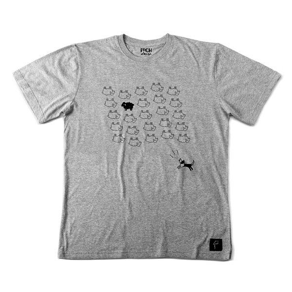 Szara koszulka ze stadem owiec, czarną owcą i border collie, nadruk