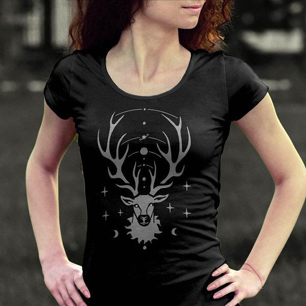 Czarna koszulka z jeleniem idealna na prezent na Święta. Magiczny jelonek z kosmosem rozpiętym pomiędzy porożem