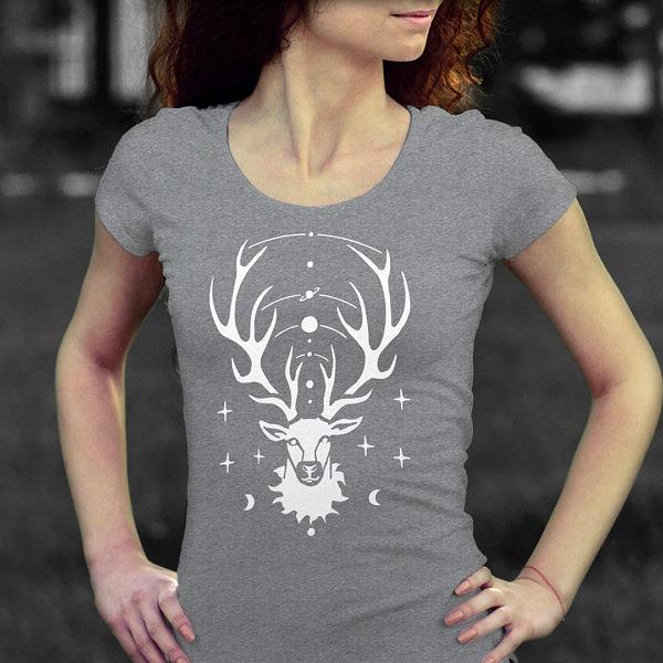 Szara damska koszulka z jeleniem idealna na prezent na Święta. Magiczny jelonek z kosmosem rozpiętym pomiędzy porożem