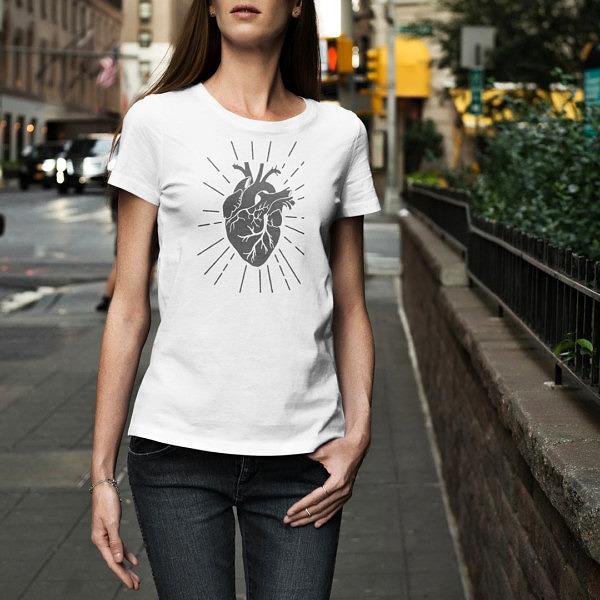 Miej serce i patrz w serce. Biała damska koszulka z sercem w stylu ilustracji vintage na modelce