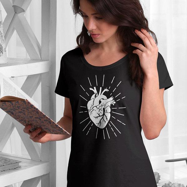 Miej serce i patrz w serce. Czarna damska koszulka z sercem w stylu ilustracji vintage na osobie