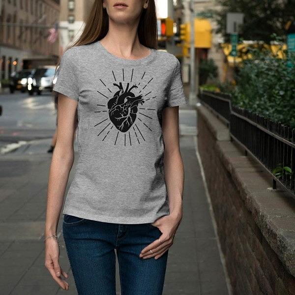 Miej serce i patrz w serce. Szara damska koszulka z sercem w stylu ilustracji vintage na osobie