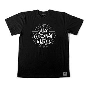 Czarna super koszulka na Walentynki. Nadruk: Us against the world. Dla dwojga na rocznicę - wersja damska.
