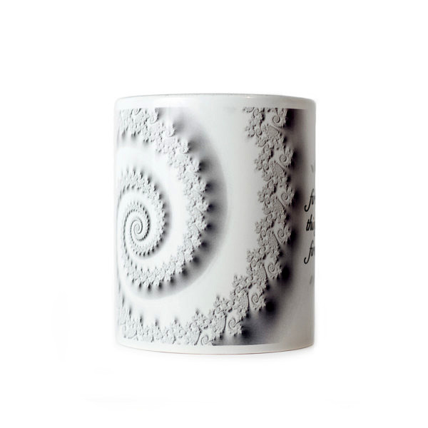 Kubek z fraktalem w kształcie spirali, jasny wzór przypominający koronkę
