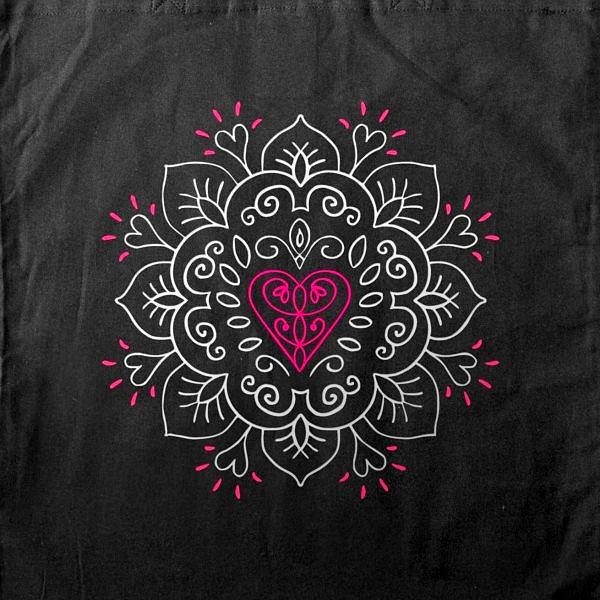 serce wpisane w mandalę, wzór symbolizujący spokój, połączenie z kosmosem i miłość