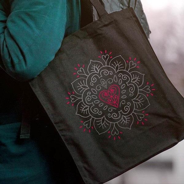 Czarna torba na ekologiczne zakupy. Delikatny wzór mandali i serca