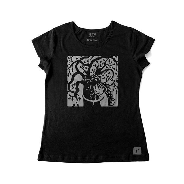 Dziewcznynka z rozwianymi włosami przytula drzewo, na drzewie siedzą ptaki, ona we włosach ma liście. Wzór na czarnej koszulce.