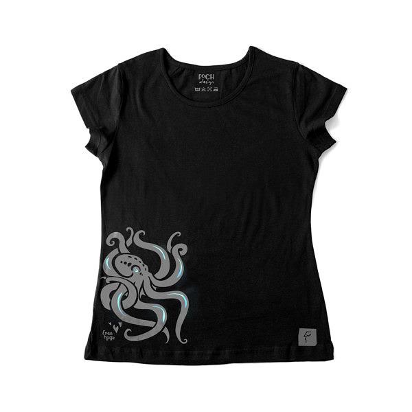 Koszulka o damskim kroju, wzór umieszczony na dole z boku, przedstawiający ośmiornicę. Refleksy z opalizującej folii