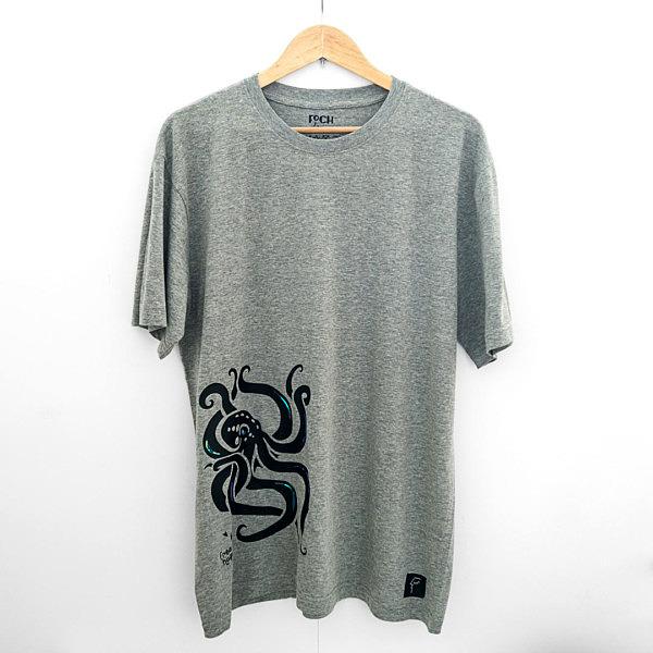 koszulka z krakenem, wzór w dolnej części, z boku. Czarna ośmiornica na t-shircie