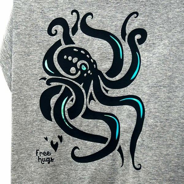 Ośmiornica w stylu Lovecrafta, wzór na szarej koszulce