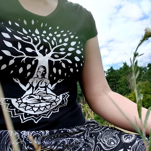 Czarna koszulka z drzewem. Ujęcie w naturze.